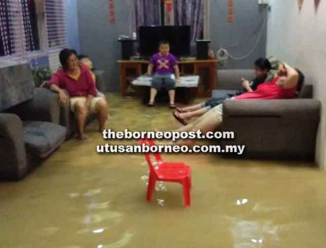 Keadaan rumah penduduk yang dimasuki air dalam kejadian di Betong kelmarin.