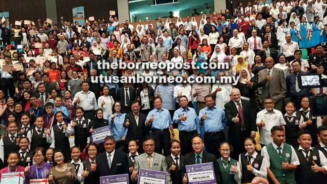 Abang Johari (berdiri tujuh kanan, baris kedua) bersama tetamu kehormat lain merakam kenangan bersama penerima pada Majlis Penyampaian Hadiah Cemerlang Yayasan Sarawak Bahagian Miri 2018 di Curtin Malaysia, Miri, semalam.