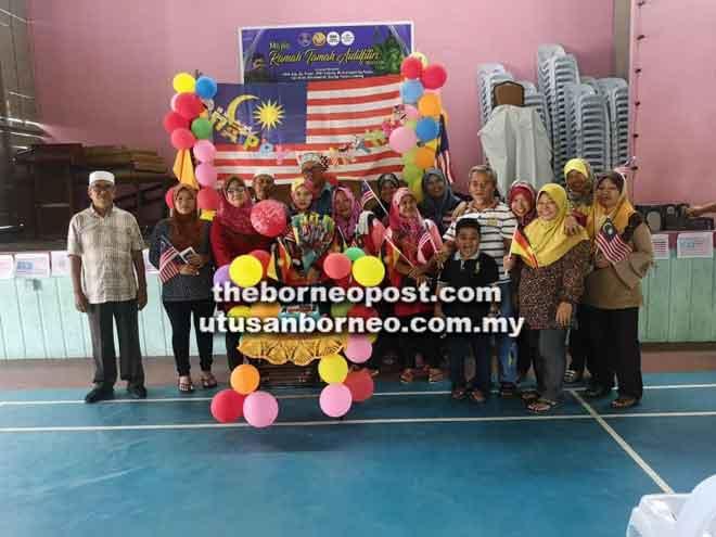 Faezatuleka (lima kiri) dirai oleh Yusop (kiri), Rose (empat kanan) dan ahli KRT Kubong pada sambutan Hari Kemerdekaan, baru-baru ini.