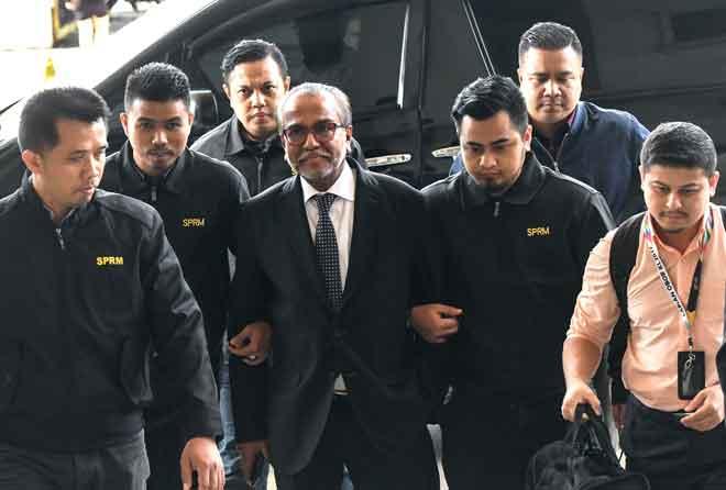 Shafee ketika tiba di pekarangan Mahkamah Kuala Lumpur bagi menghadapi dua pertuduhan menerima wang hasil daripada aktiviti haram berjumlah RM9.5 juta dan dua pertuduhan membuat penyata yang tidak betul di bawah Akta Cukai Pendapatan 1967, semalam. — Gambar Bernama