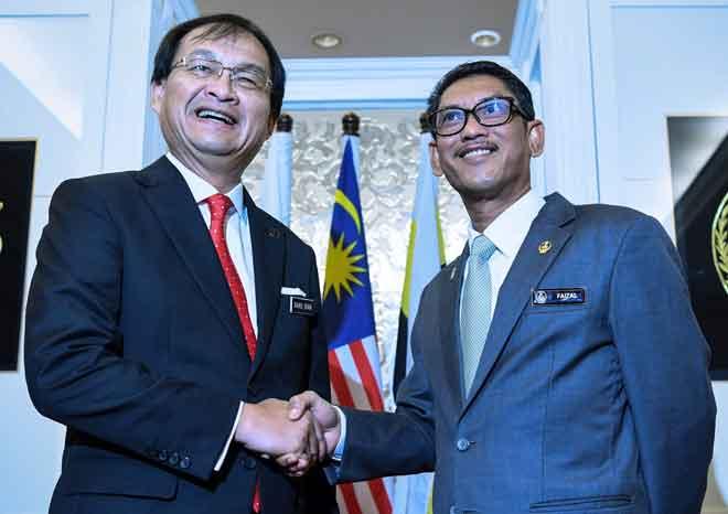 Ahmad Faizal (kanan) bergambar bersama Baru Bian pada sesi kunjungan hormat ke atas Menteri Besar Perak di Pejabat Menteri Besar, di Ipoh semalam. — Gambar Bernama