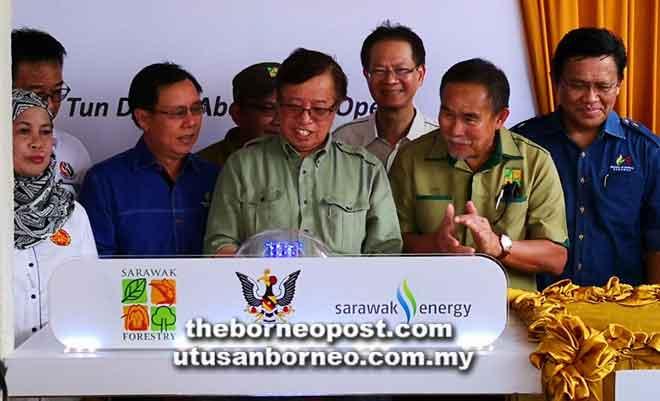 Abang Johari melakukan simbolik perasmian Majlis Penyampaian Sistem Solar Berpusat Sarawak Energy di Taman Negara Talang Satang, semalam. Turut kelihatan Menteri Utiliti Dato Sri Dr Stephen Rundi Utom (tiga kiri) serta tetamu kehormat lain.