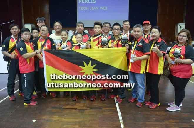 Menteri Muda Belia dan Sukan merangkap Chef-De-Mission, Datuk Snowdan Lawan merakamkan gambar kenangan bersama empat atlet terawal menerima pingat pagi semalam.
