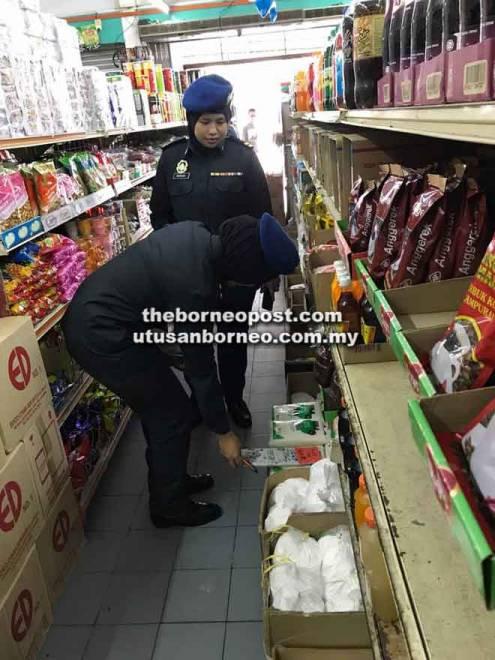 Pegawai penguat kuasa KPDNHEP memeriksa barangan yang dijual di sebuah premis perniagaan di Sibu.