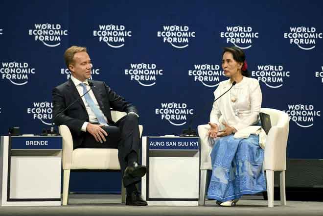 Suu Kyi (kanan) berbincang dengan Borge Brende, presiden Forum Ekonomi Dunia (WEF)                 di  WEF mengenai ASEAN di Pusat Konvensyen Kebangsaan di Hanoi semalam. — Gambar AFP