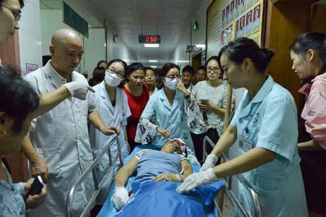 Gambar yang dirakam kelmarin menunjukkan pekerja perubatan memindahkan mangsa yang cedera di hospital selepas kereta dipandu oleh seorang lelaki merempuh sebuah dataran awam yang sesak di Hengdong, wilayah Hunan, tengah China. — Gambar AFP