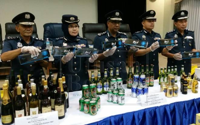 Subromaniam () menunjukkan sebahagian minuman keras yang dirampas.