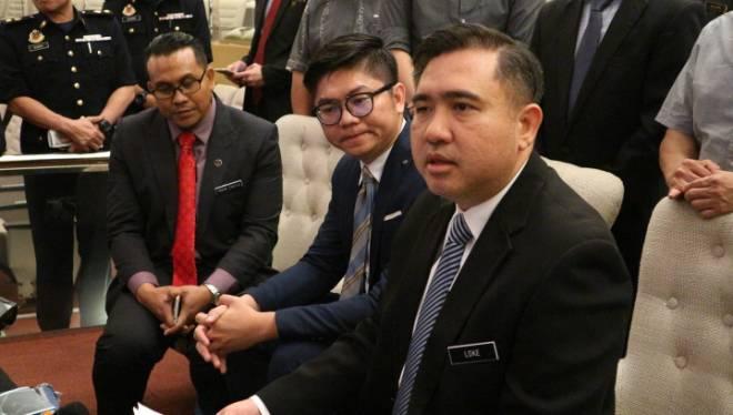 Loke (kanan)  bersama Syafiq (kiri) dan Ahli Dewan Undangan Negeri (ADUN) Padungan Wong King Wei, semasa sidang media selepas majlis penyerahan STK di IIC di sini, hari ini