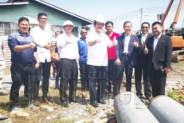 STEPHEN dan Pembantu Menteri di Jabatan Ketua Menteri, Jimmy Wong menunjukkan 'thumbs up' semasa mengadakan lawatan ke tapak projek di Jalan Abaca.