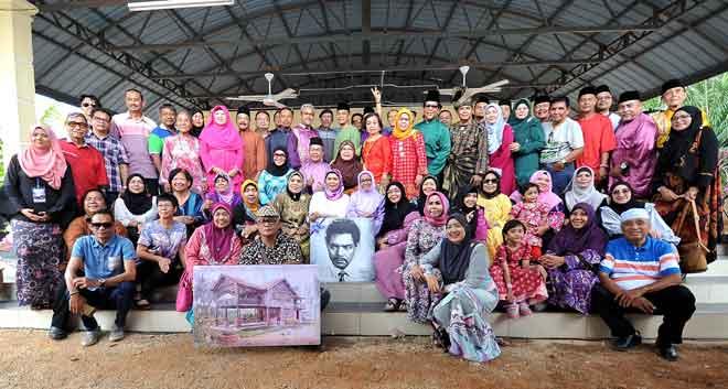 Rosyam (baris belakang, tengah) bergambar bersama pelakon veteran yang hadir ketika Majlis Perasmian Rumah Nordin Ahmad di Kampung Tebuk Haji Yusof Sungai Besar dekat Sabak Bernam, kelmarin. — Gambar Bernama
