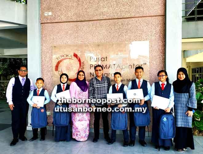 Azmi dan tetamu lain merakamkan gambar kenangan bersama lima pelajar yang menerima sumbangan di Kuala Lumpur.