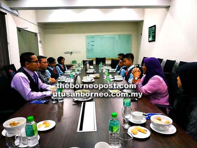 Azmi berbual dengan Dr Noriah  dan tetamu lain semasa di Pusat PERMATA PINTAR Negara di Kuala Lumpur.