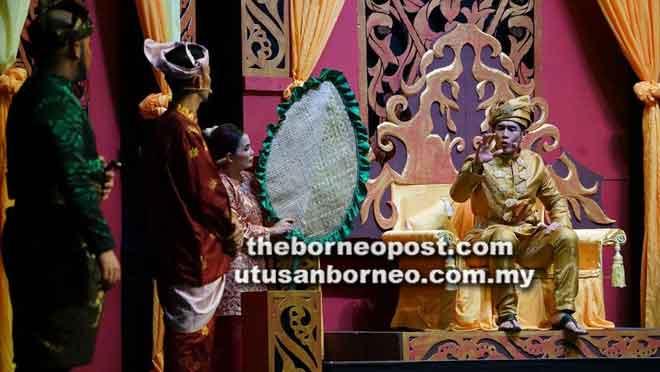 Fahrin (kanan) memegang watak utama sebagai Sultan Tengah.