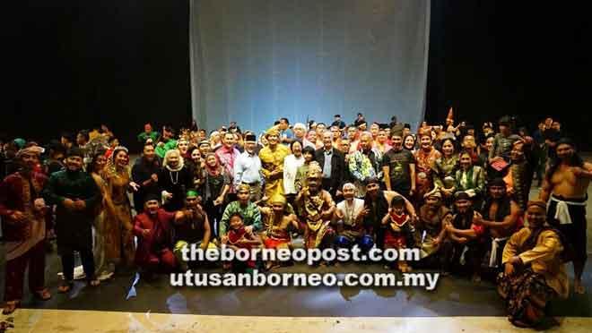 Barisan pelakon dan kru-kru produksi merakamkan gambar bersama selesai pementasan teater.