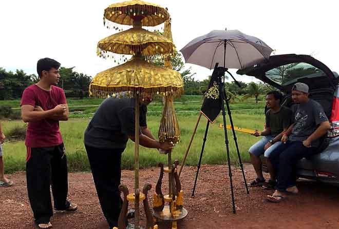 Sekitar penggambaran filem pendek Barong, filem berdurasi tujuh minit  yang turut berjaya ditayangkan di Festival Filem Johor Bahru pada penghujung tahun lepas.  — Gambar Bernama