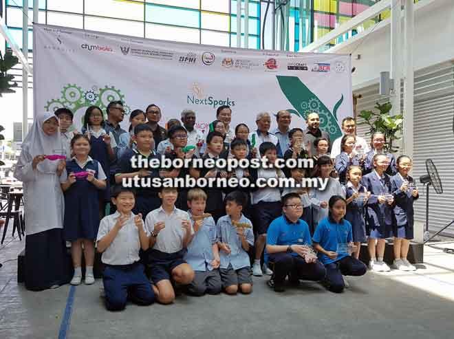 Manyin (belakang, empat kanan), Chung (belakang, lima kanan) bersama yang lain merakam kenangan dengan wakil sekolah yang dinobatkan sebagai pemenang Junior Innovate dan pemenang anugerah Sarawak NextSparks anjuran Saradise.