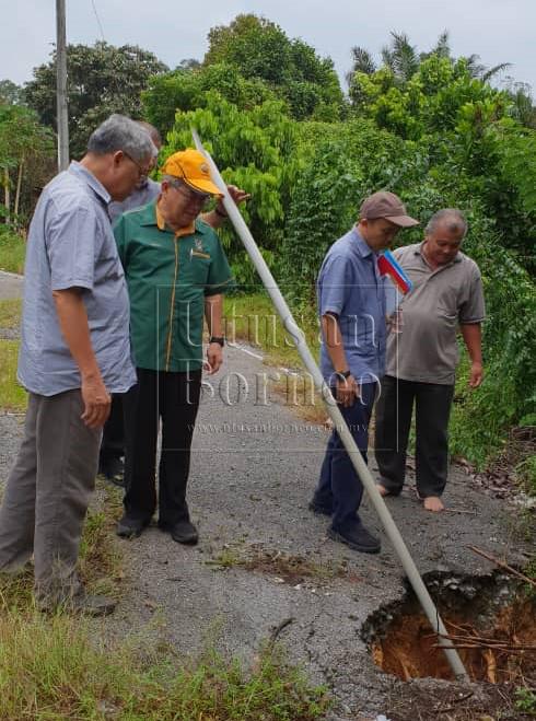 Uggah memeriksa kawasan salah satu rumah panjang yang dilawati di Betong yang terjejas akibat tanah runtuh.