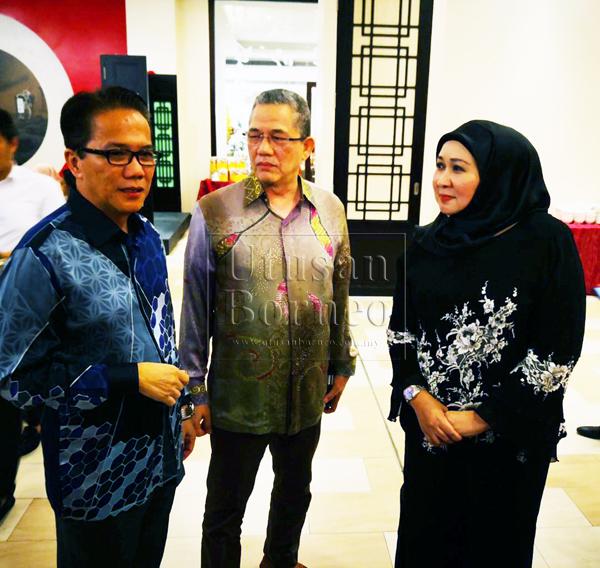 Liew (kiri), Fadillah (tengah) dan Sharifah Hasidah bertukar pendapat pada majlis makan malam di sebuah hotel terkemuka di sini, malam ini.