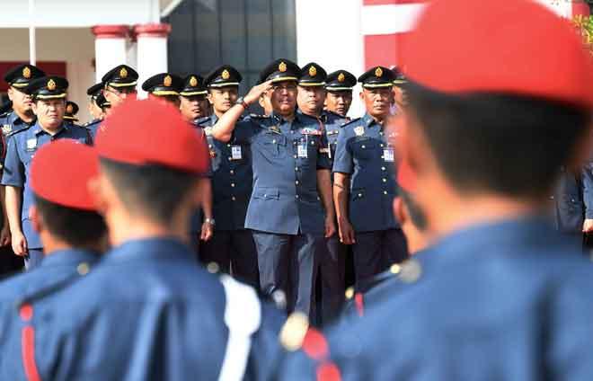 Yahaya memberi tabik hormat dan memeriksa perbarisan Bomba dan Penyelamat  pada Majlis Tabik Hormat Pengarah Jabatan Bomba dan Penyelamat yang baharu Datuk Yahaya Madis di Ibu Pejabat Bomba dan Penyelamat Negeri Johor semalam. — Gambar Bernama