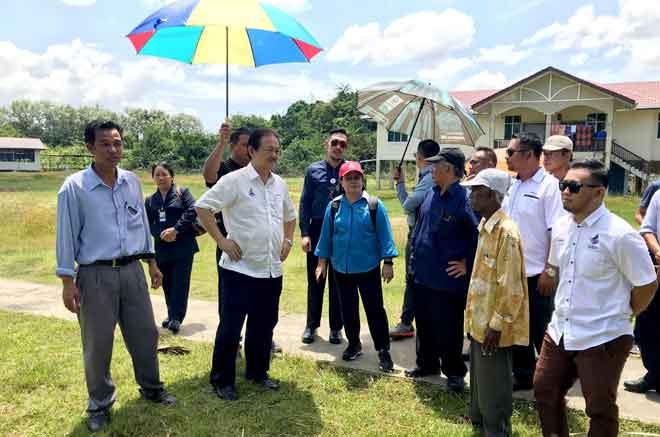 Wong (dua kiri) dan Christina (tiga kiri) meninjau tapak cadangan pembinaan Klinik Desa di Kampung Pulau Tetabuan semalam. — Gambar Bernama