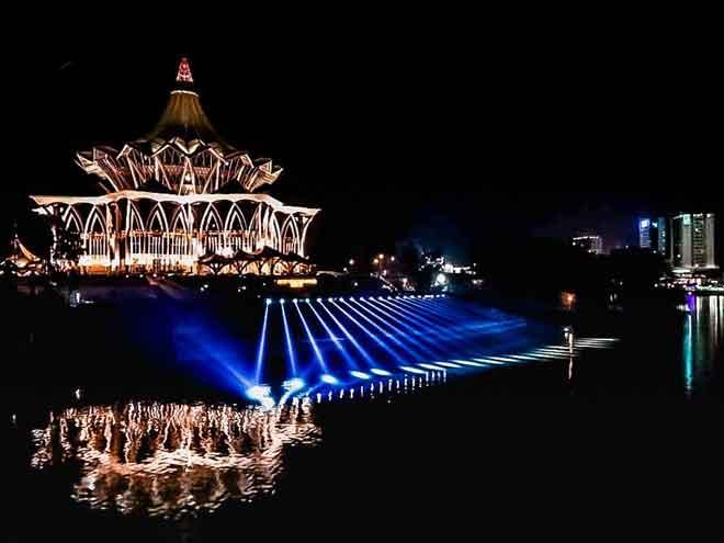 Rampa menua melakangka Kompleks Dewan Undangan Negeri Sarawak ti manah dipeda maya malam hari ari pemisi 'musical fountain' berengkah ari Hari Minggu tu. — Gambar pemeri FB Sarawak Edition