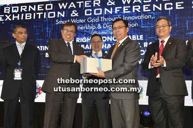 Abang Johari menerima cenderamata daripada Dr Rundi (dua kanan) sambil disaksikan Chang (tengah), Menteri Muda Bekalan Air Datuk Liwan Lagang (kanan) serta yang lain, semalam.