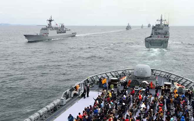 Gambar yang diambil oleh agensi berita Yonhap kelmarin menunjukkan raptai bagi satu reviu armada antarabangsa di perairan pulau selatan Jeju. — Gambar AFP