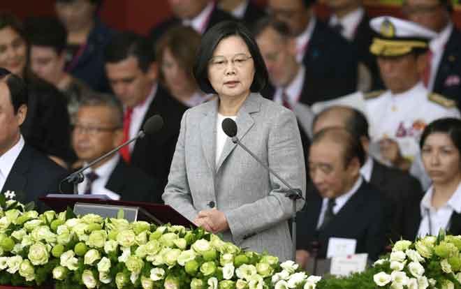 Tsai (tengah) berucap sewaktu sambutan Hari Kebangsaan Taiwan di hadapan Istana Presiden di Taipei semalam. — Gambar AFP