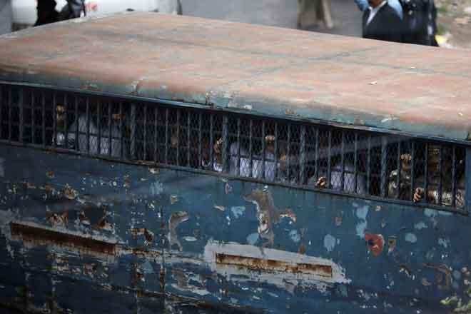 Tertuduh kelihatan di dalam sebuah van penjara di luar mahkamah selepas keputusan diumumkan bagi kes serangan bom tangan pada 21 Ogos 2004 di Dhaka, Bangladesh, semalam. — Gambar Reuters