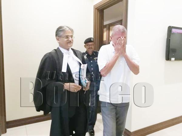 NORAIN bersyukur setelah terlepas daripada hukuman gantung sambil diiringi oleh peguamnya Rakhbir selepas keluar dari Mahkamah Tinggi.
