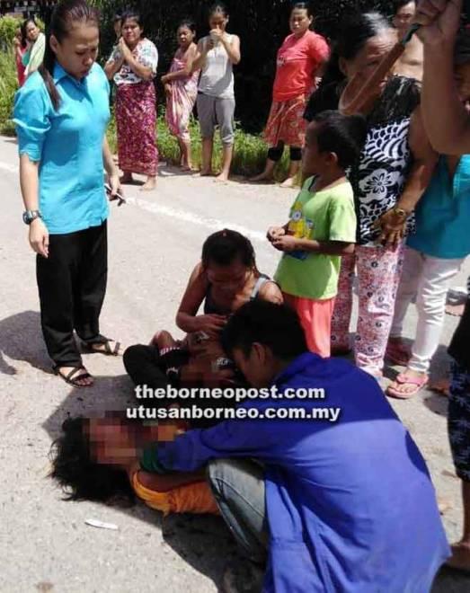Ahli keluarga yang tiba di tempat kejadian tidak dapat menahan perasaan meratapi kedua-dua mangsa.
