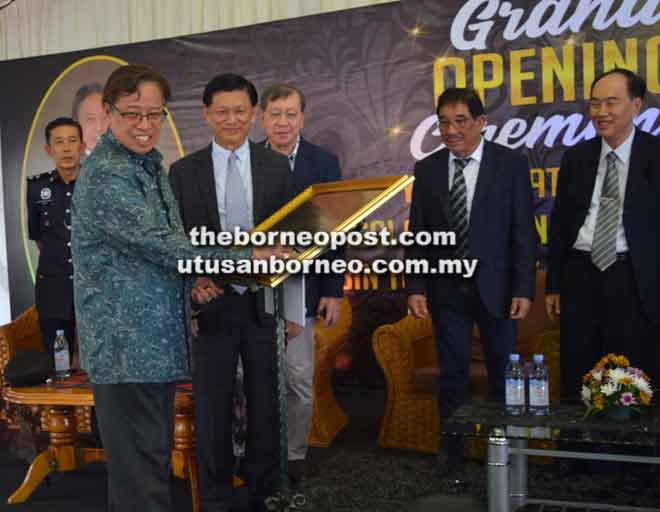 Abang Johari menandatangani plak sebagai simbolik pembukaan Hotel Butik Amamas di Kuching, semalam.