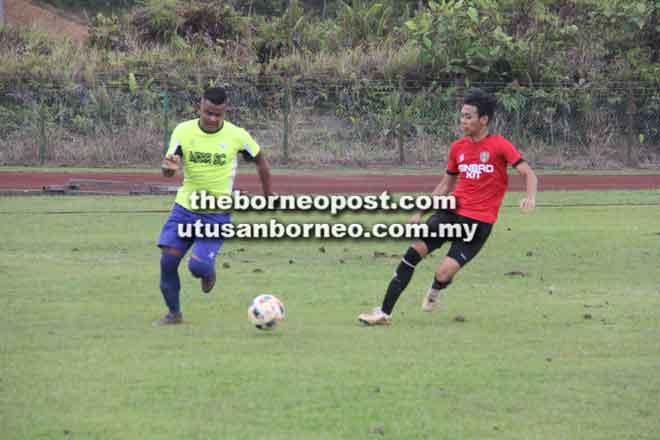 Saravanan (kiri) melarikan bola sambil dikejar oleh pemain Maksi FC pada perlawanan suku akhir Liga Serian LSC 2018 semalam.