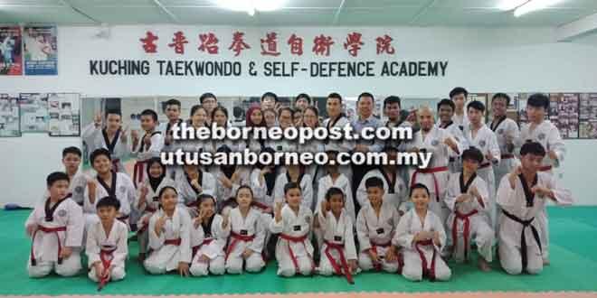 Pelatih muda dan tenaga pengajar Kelab Seni Mempertahankan Diri & Taekwondo Kuching (WTF) bersama Tan (berdiri lapan kanan) selepas sesi latihan tersebut.