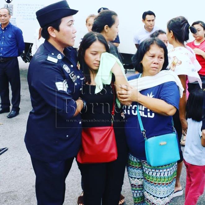 Natasha (tengah) ditenangkan oleh ibu serta anggota polis semasa tiba di Terminal MasCargo, hari ini
