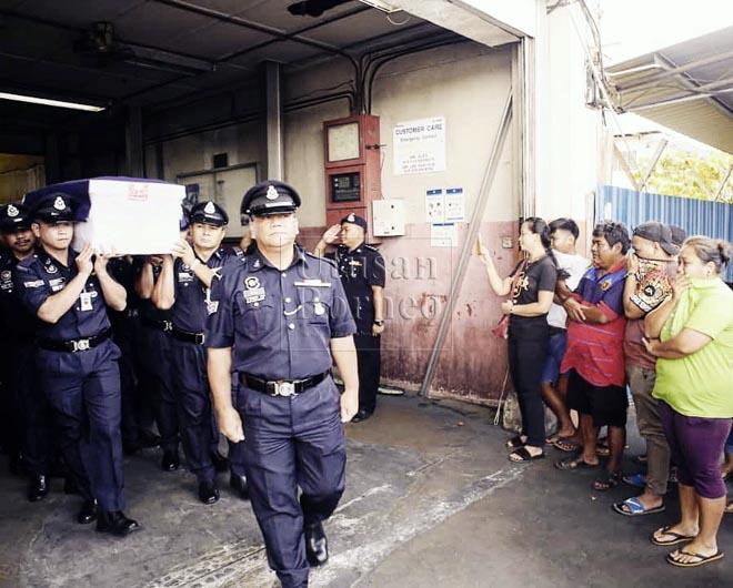 Jasad mendiang diusung oleh anggota polis dibawa masuk ke dalam kenderaan polis untuk dihantar ke rumah keluarganya sambil disaksikan ahli keluarga mendiang.