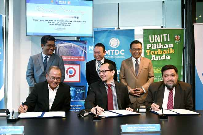Norhalim (hadapan tengah) bersama Sazaly (hadapan, kiri) dan Jamal (hadapan, kanan) menandatangani Memorandun Persefahaman (MoU) antara Malaysian Technology Development Corporation (MTDC) bersama Protellus (M) Sdn. Bhd. dan Kolej UNITI Sdn. Bhd. di Menara Yayasan Tun Razak semalam.Turut hadir Farish (belakang, tengah), Abdul Aziz (belakang, kiri) serta Amir Hamzah (belakang, kanan). — Gambar Bernama