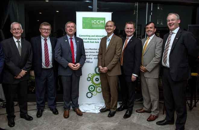 Ong (empat kanan) bersama dengan Michael (tiga,kiri) dan tetamu terhormat bergambar semasa pelancaran Dewan Perniagaan Ireland di Malaysia, malam kelmarin. — Gambar Bernama