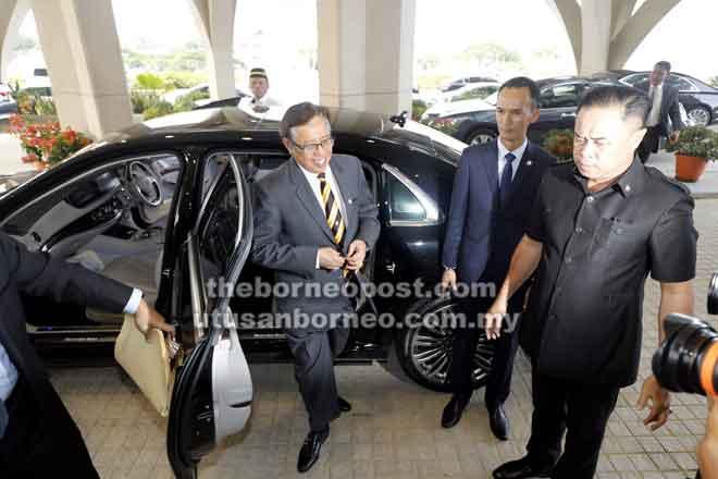 Abang Johari disambut sebaik tiba di pekarangan DUN untuk membentangkan Belanjawan Sarawak 2019.