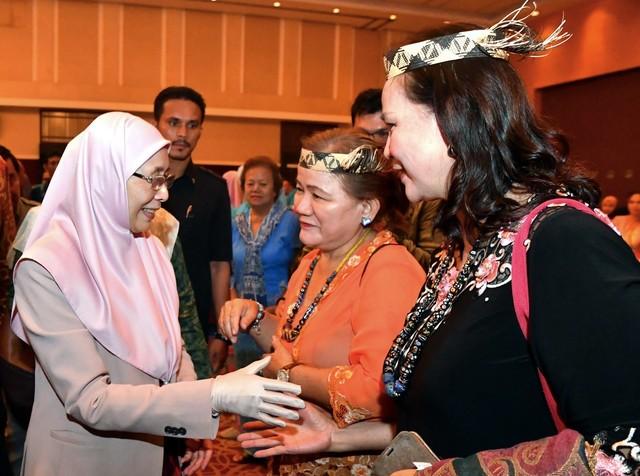 Dr Wan Azizah Wan Ismail (kiri) beramah mesra dengan Ketua Kaum Ibu Ungan Lisut (dua, kanan) dan Annie Amat (kanan) sempena Majlis Makan Malam Bersama Rakyat malam ini. - Gambar Bernama