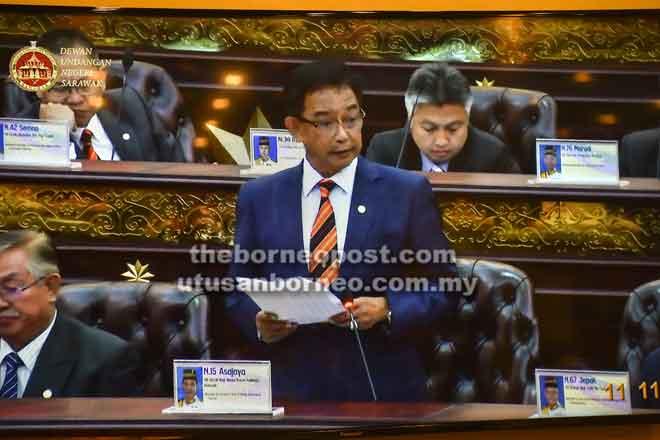 Abdul Karim semasa membentang usul penubuhan Jawatankuasa Perundingan Perjanjian MA63 yang diluluskan sebulat suara oleh DUN, semalam.