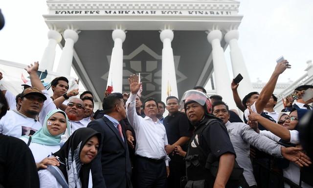 Mohd Shafie melambaikan tangan kepada penyokongnya selepas diumumkan sebagai Ketua Menteri Sabah yang sah oleh Mahkamah Tinggi Kota Kinabalu hari ini. - Gambar Bernama