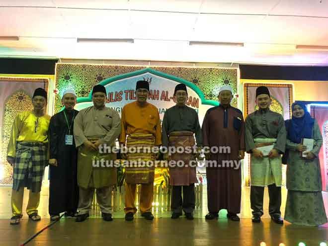 Len serta tetamu bersama pemenang tempat pertama kategori qari dan qariah Majlis Tilawah Al-Quran Peringkat Bahagian Sarikei malam kelmarin.