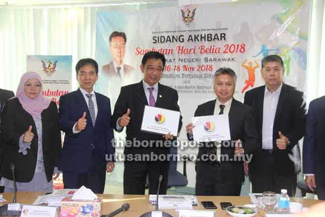 Karim (tengah) dan Snowdan (dua kanan) memperagakan logo rasmi Sambutan Hari Belia Peringkat Negeri Sarawak 2018 bersama Dr Ong (kanan) dan Hii (dua kiri).