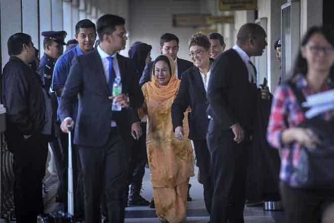 Rosmah (tengah) sewaktu keluar dari Kompleks Mahkamah Kuala Lumpur, semalamselepas mendengar sebutan 17 tuduhan terlibat dalam aktiviti pengubahan wang haram. — Gambar Bernama