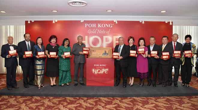 Dr Mahathir (enam kiri) bersama Pengerusi Eksekutif dan Pengarah Urusan Kumpulan Poh Kong Datuk Choon Yee Seiong (tengah) menunjukkan koleksi Not Emas Harapan keluaran Poh Kong selepas melancarkan koleksi tersebut di Yayasan Kepimpinan Perdana di Putrajaya semalam. — Gambar Bernama