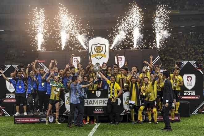 Pasukan Perak meraikan kejayaan mereka dengan menjulang Piala Malaysia 2018 selepas berjaya mengalahkan pasukan Terengganu pada perlawanan akhir Piala Malaysia 2018 di Stadium Shah Alam, 27 Okotober lepas. — Gambar Bernama