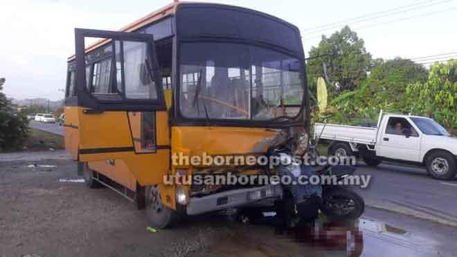 Keadaan mayat mangsa dan motosikalnya yang terperosok di bawah hadapan bas tersebut.