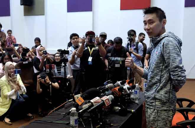 Chong menunjukkan isyarat bagus selepas sidang media di Akademi Badminton Malaysia, Kuala Lumpur semalam. — Gambar Bernama