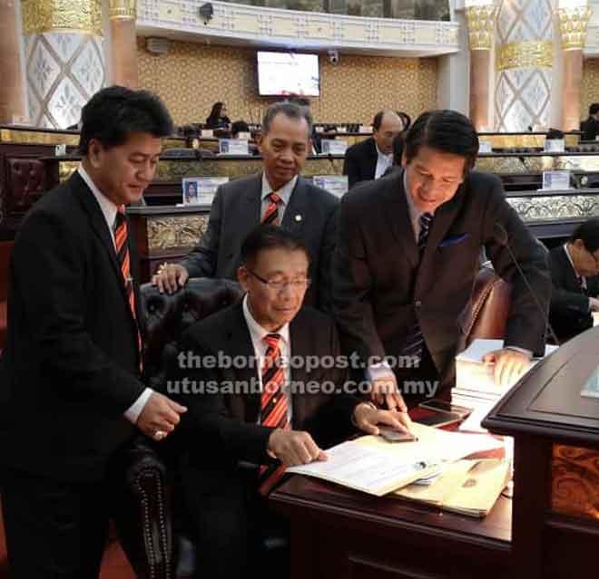 ADUN Telang Usan Dennis Ngau (kanan) dan ADUN Marudi Datu Dr Penguang Manggil (tengah) kelihatan memerhatikan teks ucapan Julaihi (duduk) pada Persidangan DUN di Kuching, semalam.